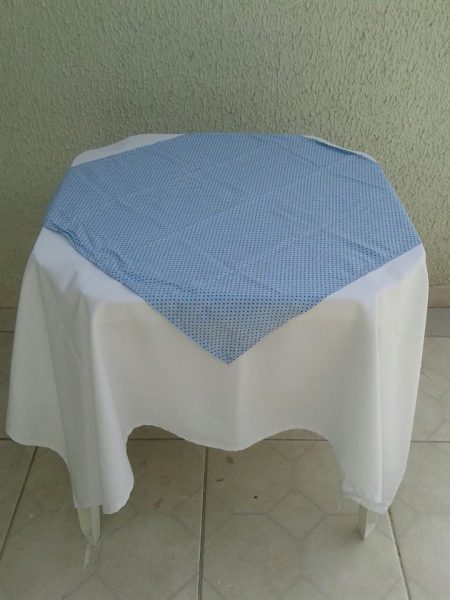 toalha azul em poá marrom