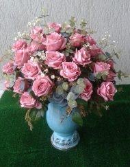 arranjo floral azul turquesa e rosas retro